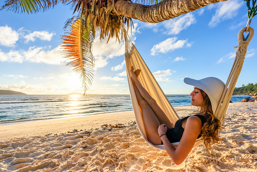 A beautiful woman on a tropical beach, sleeps in a hammock - gettyimageskorea