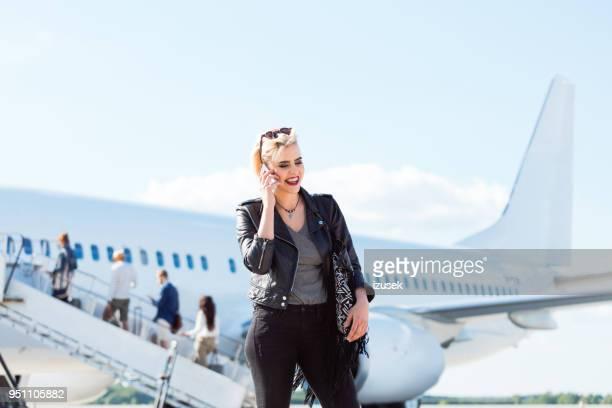 mulher bonita num aeroporto de ligação telefônica. - izusek - fotografias e filmes do acervo