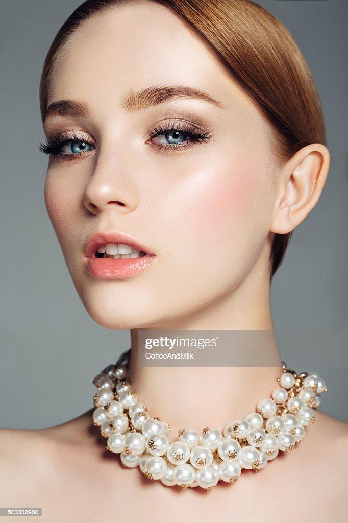 Hermosa mujer sobre fondo claro : Foto de stock