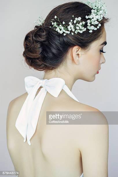 bella donna su sfondo chiaro - accessorio per capelli foto e immagini stock