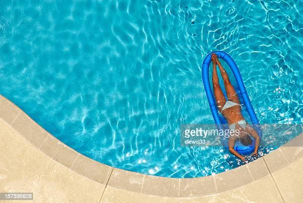 Schöne Frau auf dem Raft in einem Pool