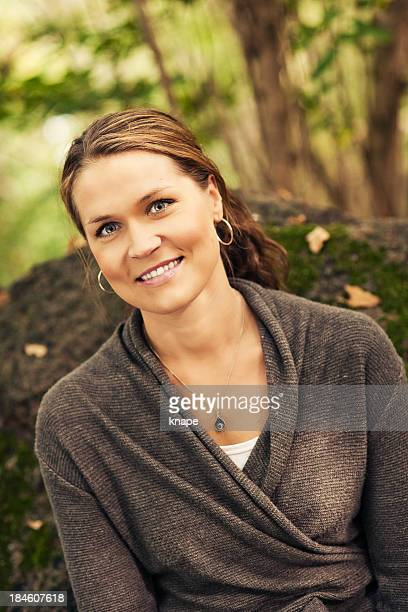 beautiful woman outdoors - 30 39 jaar stockfoto's en -beelden