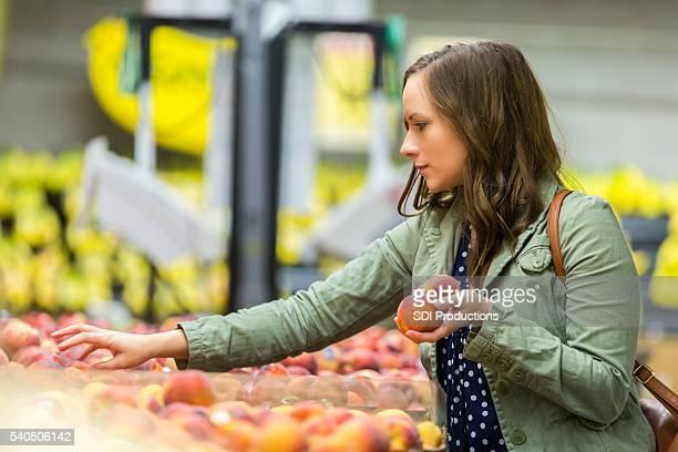 Donna bellissima scegliere fuori frutta