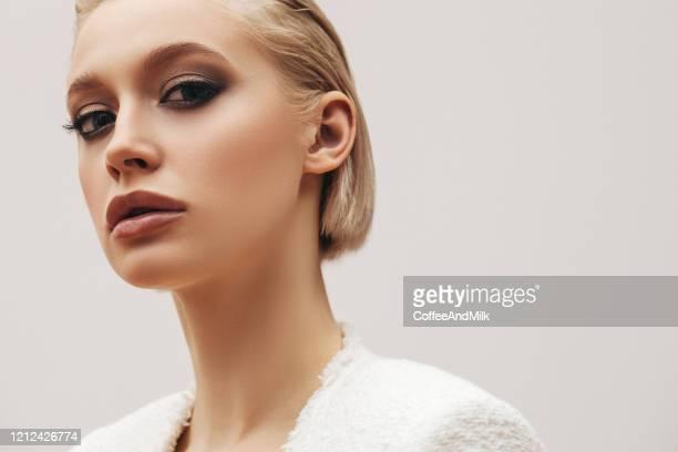 hermosa mujer - corte de pelo por encima de los hombros fotografías e imágenes de stock