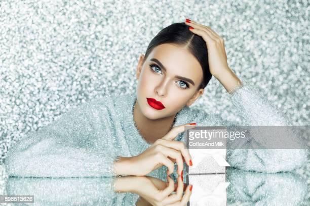 美しい女性 - 化粧品 ストックフォトと画像
