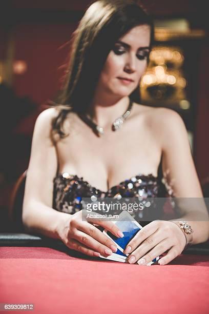Schöne Frau spielt Poker im Casino, Europa