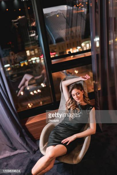 bella donna in posa in abito alla moda - affascinante foto e immagini stock