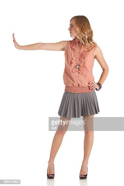 Hermosa mujer posando-parada
