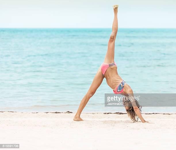 belle femme pratiquer le yoga sur la plage - bonne posture photos et images de collection