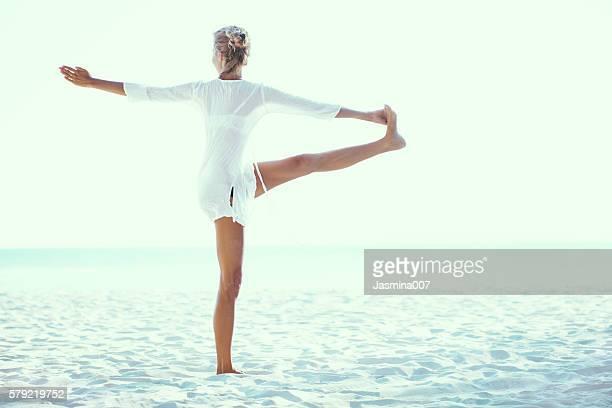 Schöne Frau Praxis Yoga auf die Küste