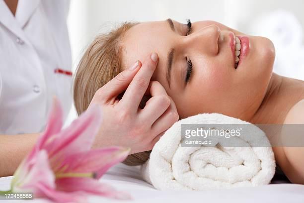 Bella donna ricevendo il massaggio nella spa di testa