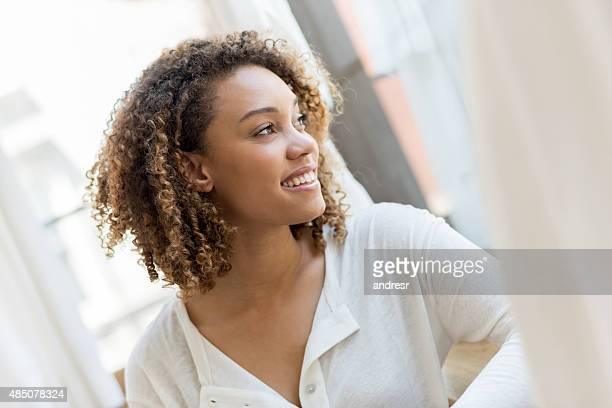 Schöne Frau entspannenden wie zu Hause fühlen.
