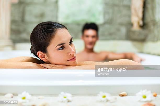 Belle femme de détente dans le jacuzzi au centre de remise en forme et spa