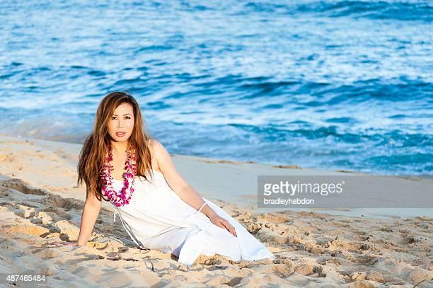 Belle femme de détente sur la plage de Hawaï