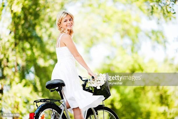 Schöne Frau auf einem Fahrrad