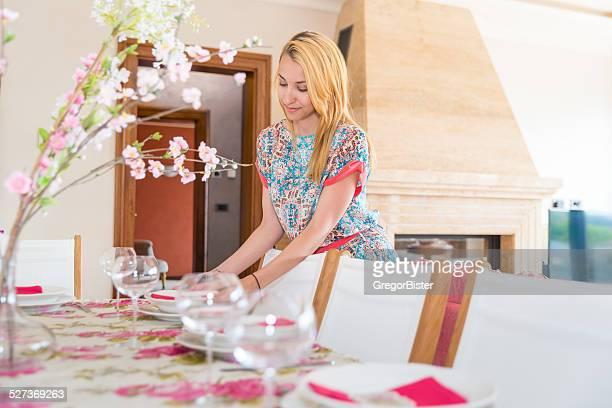 Belle femme ensemble de la table pour le déjeuner