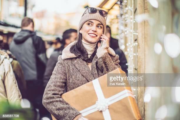 Mooie vrouw winkelgebieden in de stad