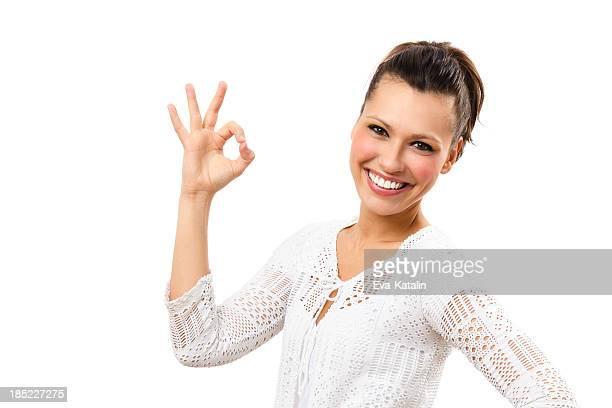Belle femme montrant un signe OK