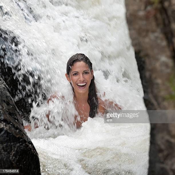 Schöne Frau sitzt auf einem Wasserfall (XXXL)