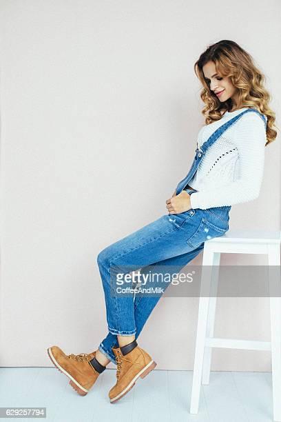 Belle femme assise sur une chaise