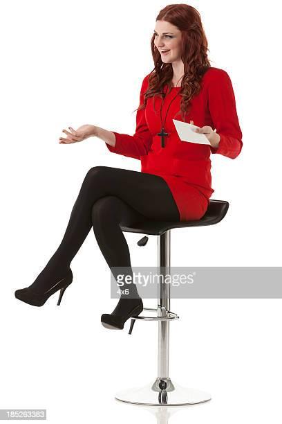 Hermosa mujer sentada en la cantidad de heces