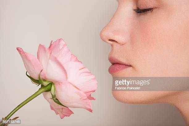beautiful woman smelling a flower - nariz humano imagens e fotografias de stock