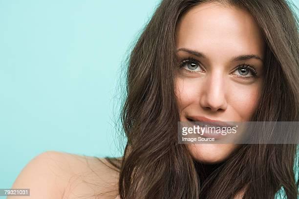une belle femme sourire narquois - femme coquine photos et images de collection