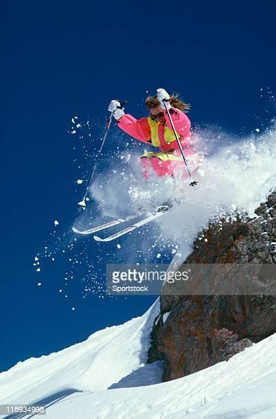 Belle femme ski et de chute Rock