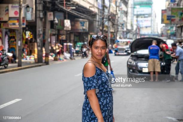 beautiful woman spotted strolling in divisoria market, manila, philippines - グレーターマニラエリア ストックフォトと画像