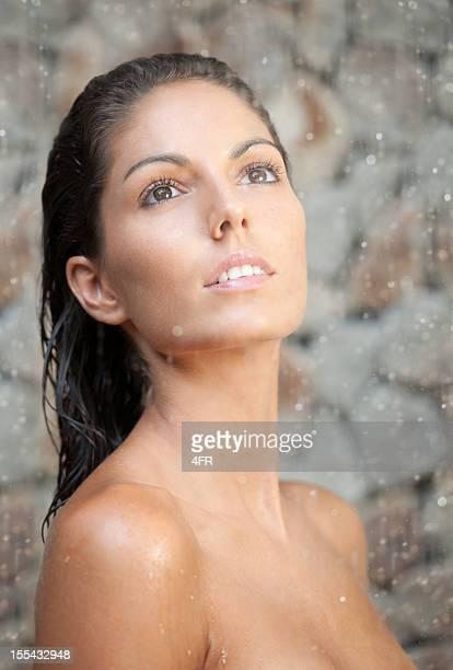 Belle femme debout sous la pluie (XXXL)
