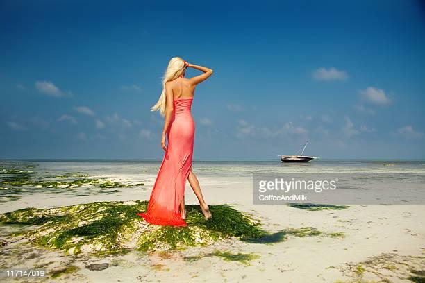 Schöne Frau stehend im Meer