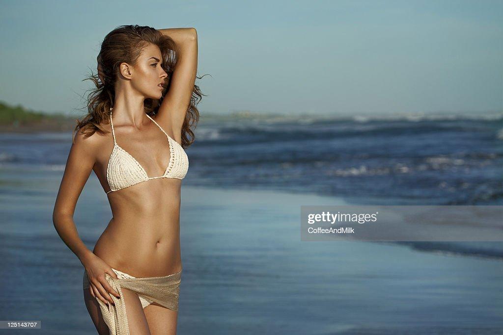 美しい女性のビーチに立つ : ストックフォト