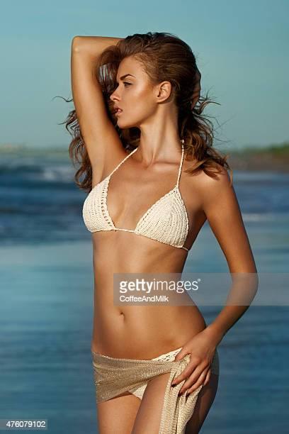Schöne Frau stehend am Strand