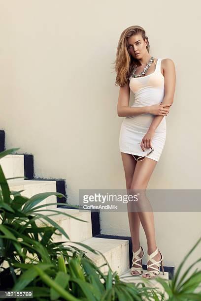 Belle femme debout sur l'escalier