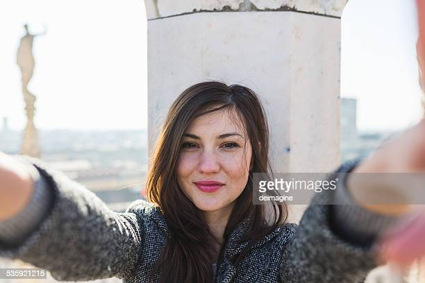 beautiful woman takes a selfie - 20 29 years stock pictures, royalty-free photos & images