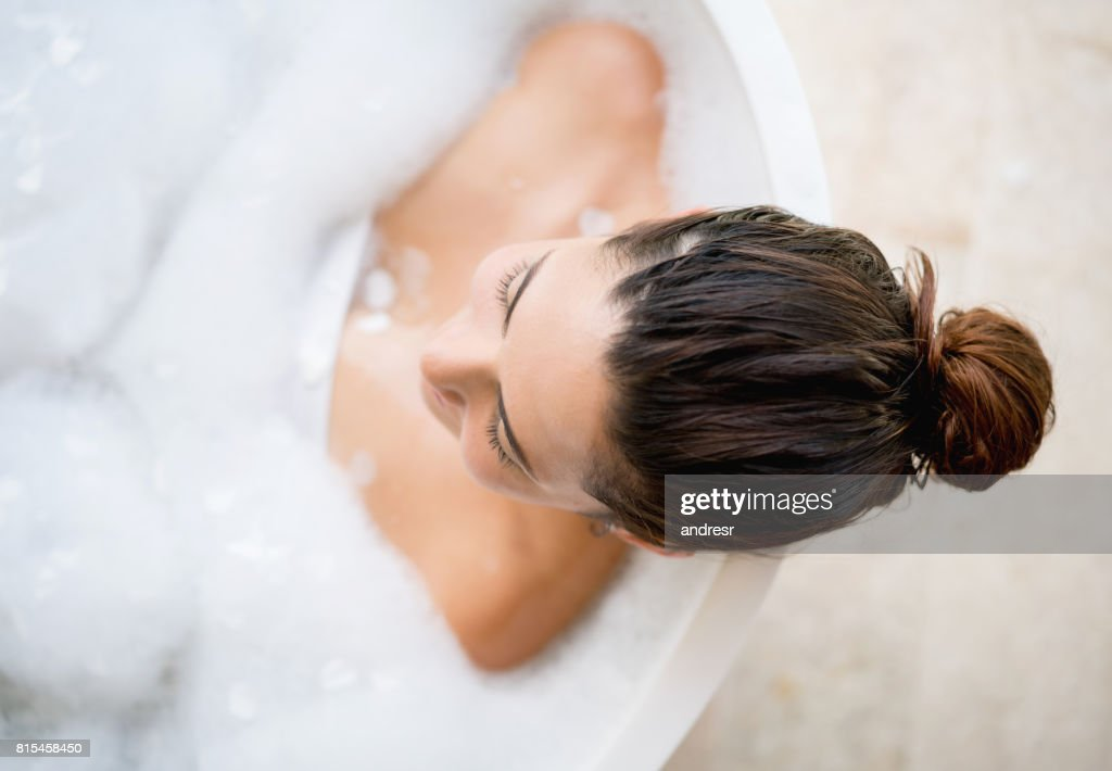 Schöne Frau, die ein Bad : Stock-Foto