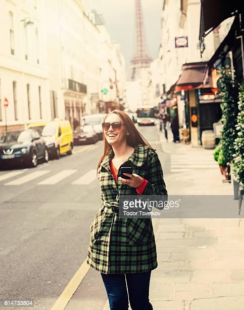 Jolie femme à envoyer des SMS, à Paris