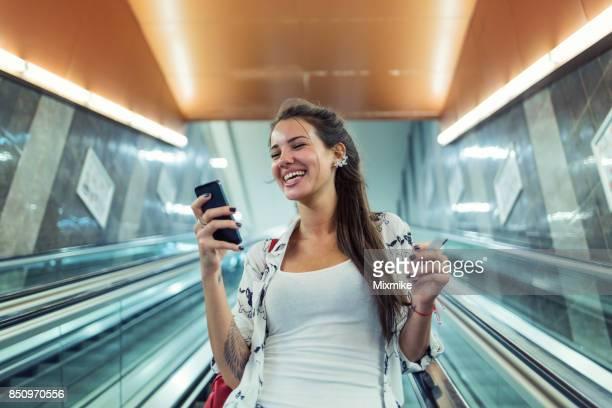 Schöne Frau-SMS auf ihr Handy