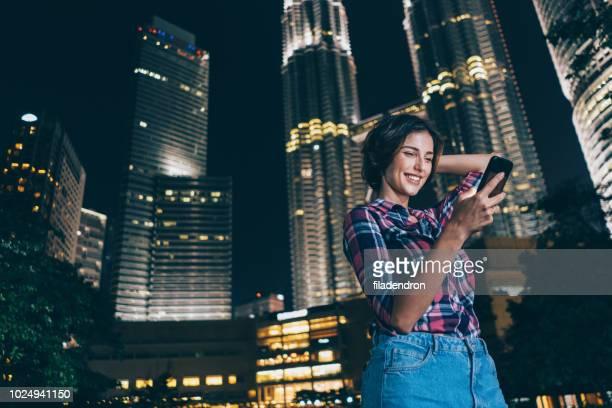 mensagens de mulher bonita ao ar livre à noite - mobile - fotografias e filmes do acervo