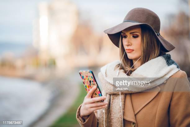 bella donna sms - sciarpa foto e immagini stock