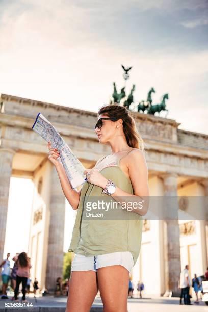Schöne Frau in Deutschland unterwegs und besucht Berlin