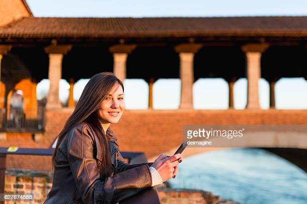 美しい女性電話を使う - イタリア パヴィア ストックフォトと画像