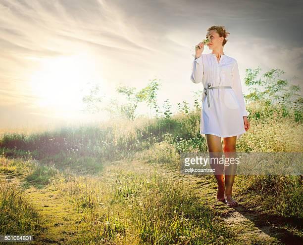 Bella mujer caminando en el campo