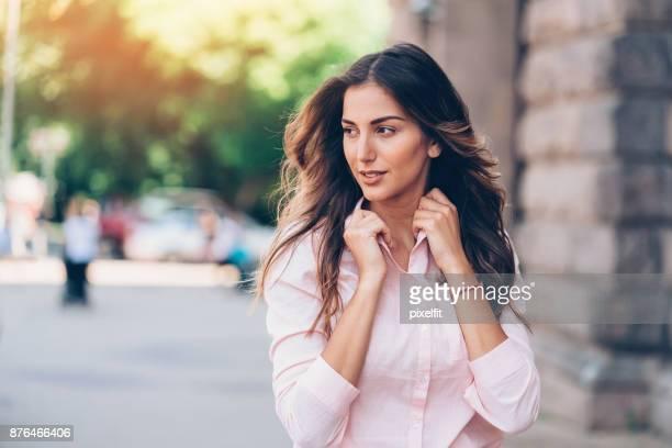 Schöne Frau zu Fuß im Freien
