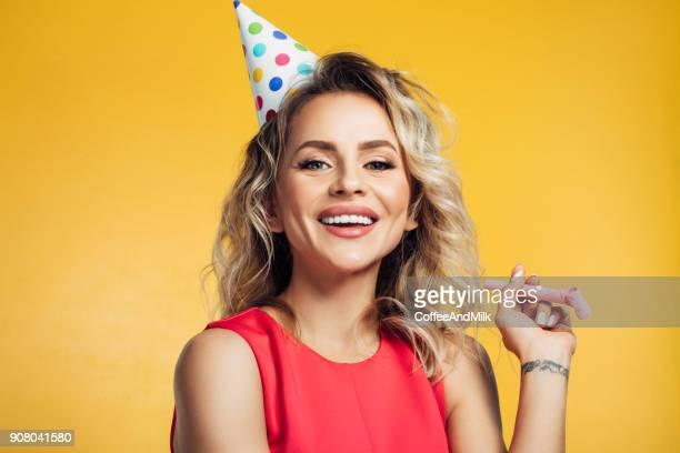 mulher bonita vestindo aniversário da - happy birthday - fotografias e filmes do acervo