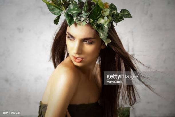 beautiful woman wearing crown made from plant - coroa enfeite para cabeça - fotografias e filmes do acervo