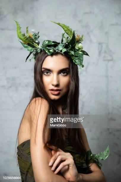 beautiful woman wearing crown made from plant - blatt pflanzenbestandteile stock-fotos und bilder