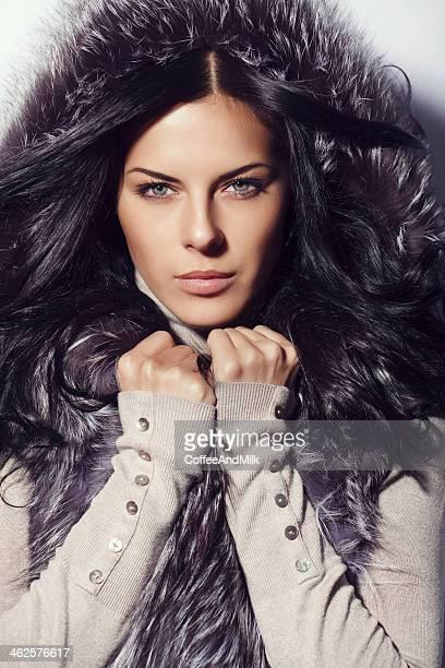 Mulher bonita vestindo capuz de Pele