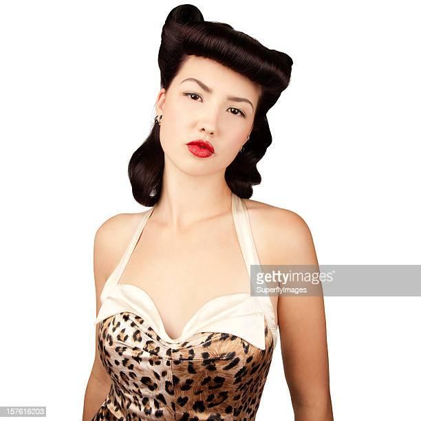 Belle femme portant robe à imprimé léopard, le style des années 1950. Fond blanc.