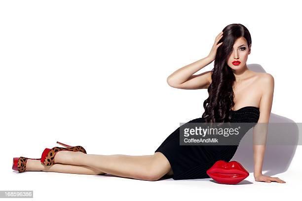 Belle femme portant des chaussures de léopard